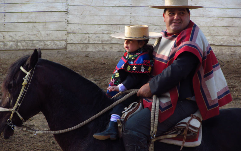 Medill students photograph a Chilean father and son on horseback